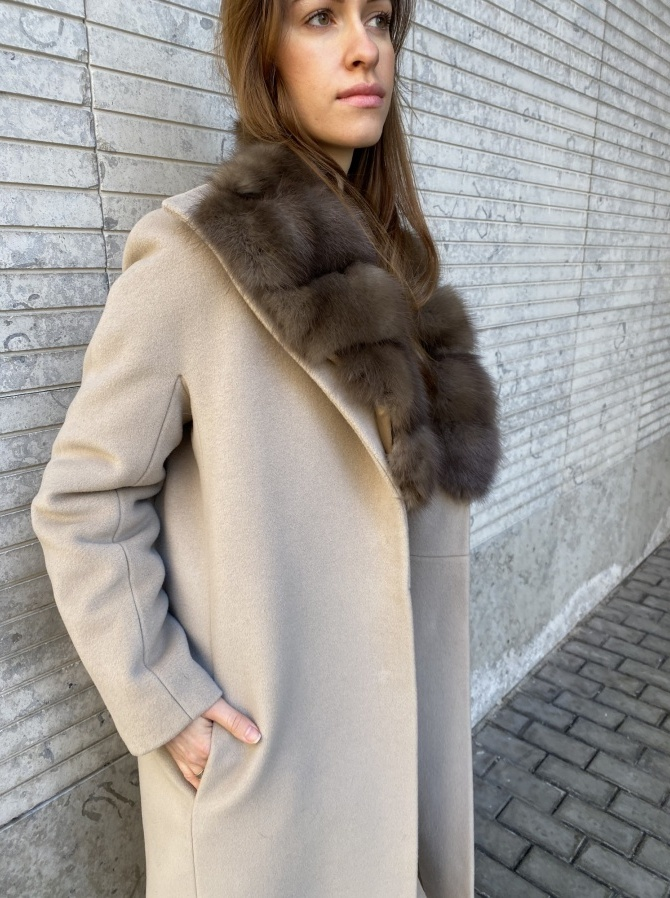 Пальто с отделкой мехом куницы